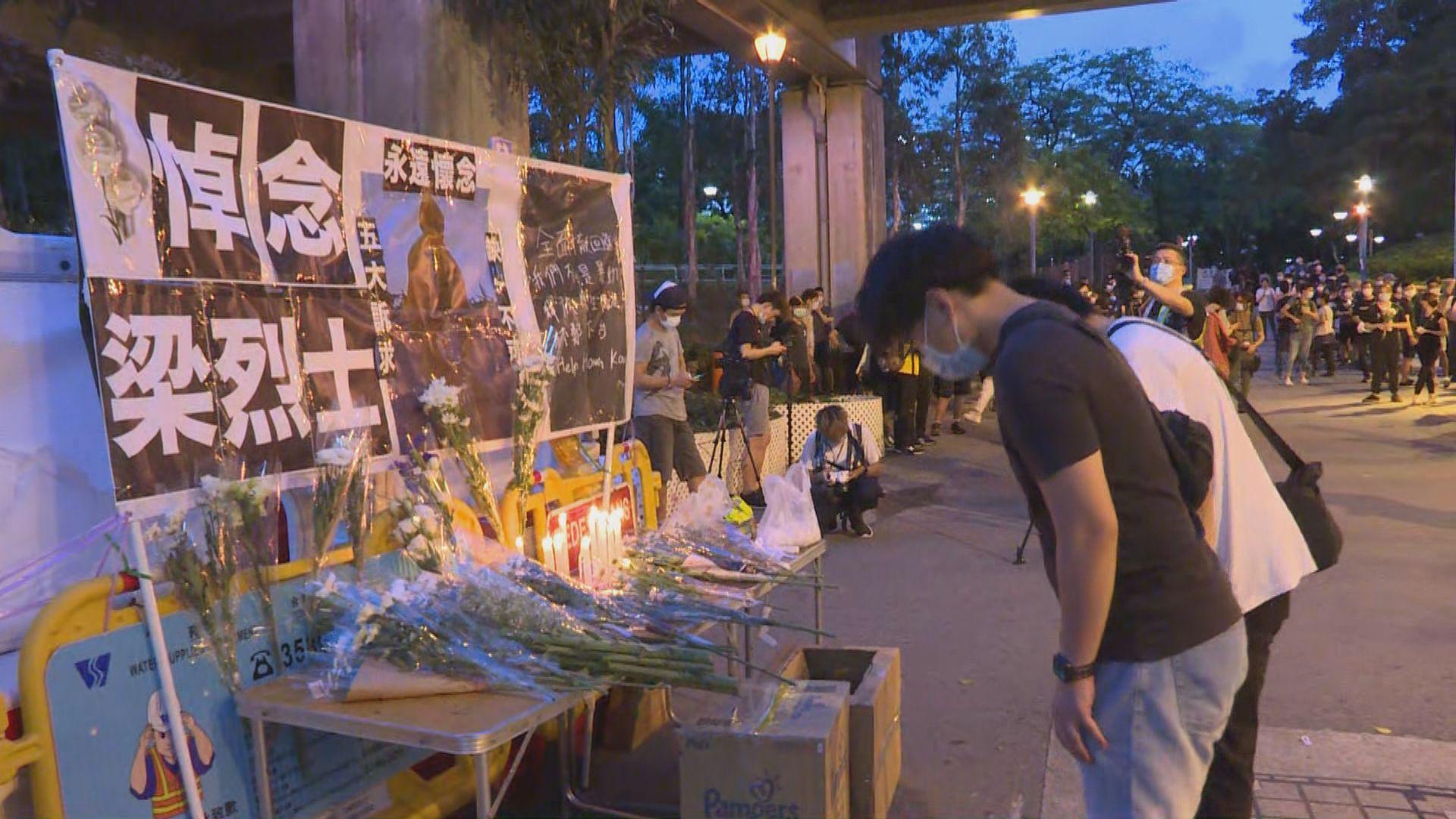 屯門西鐵站外設有祭壇 大批市民獻花及高叫口號
