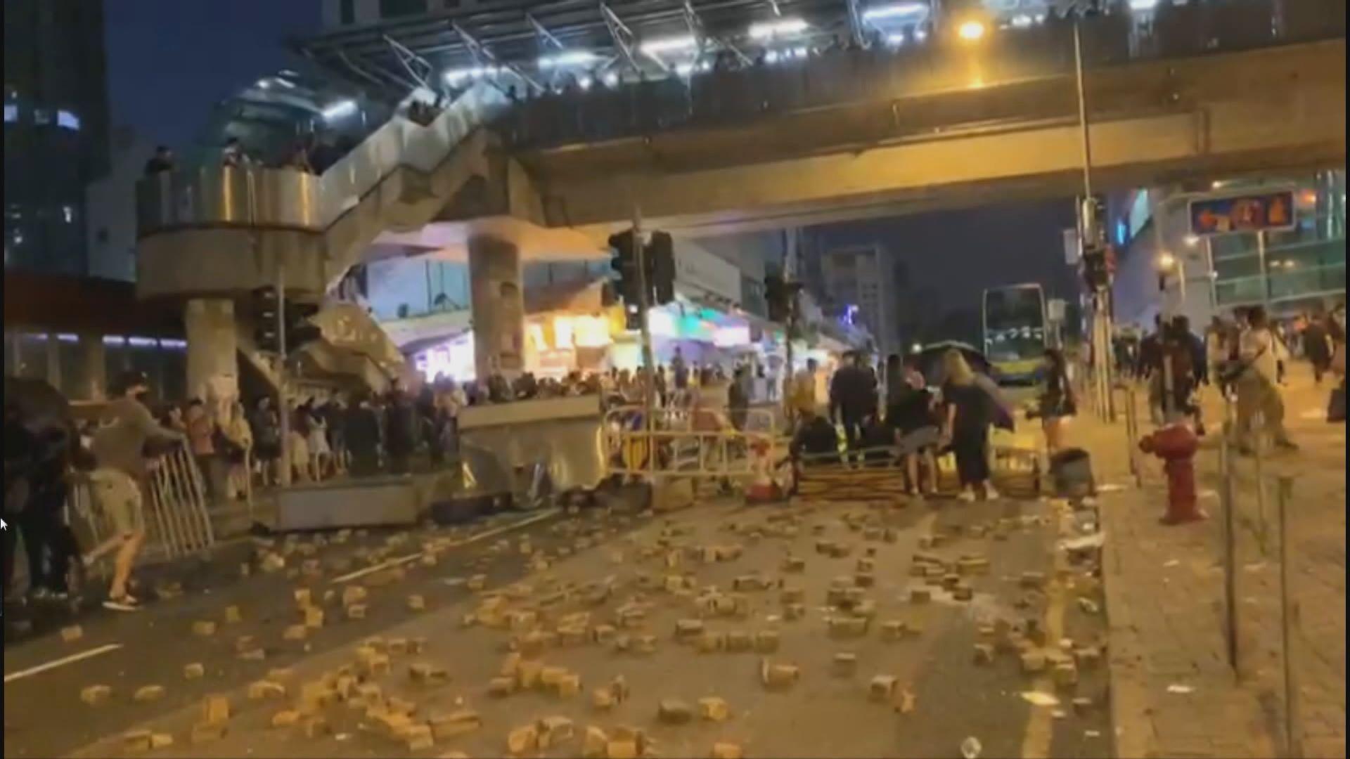 藍田有示威者堵路及破壞銀行