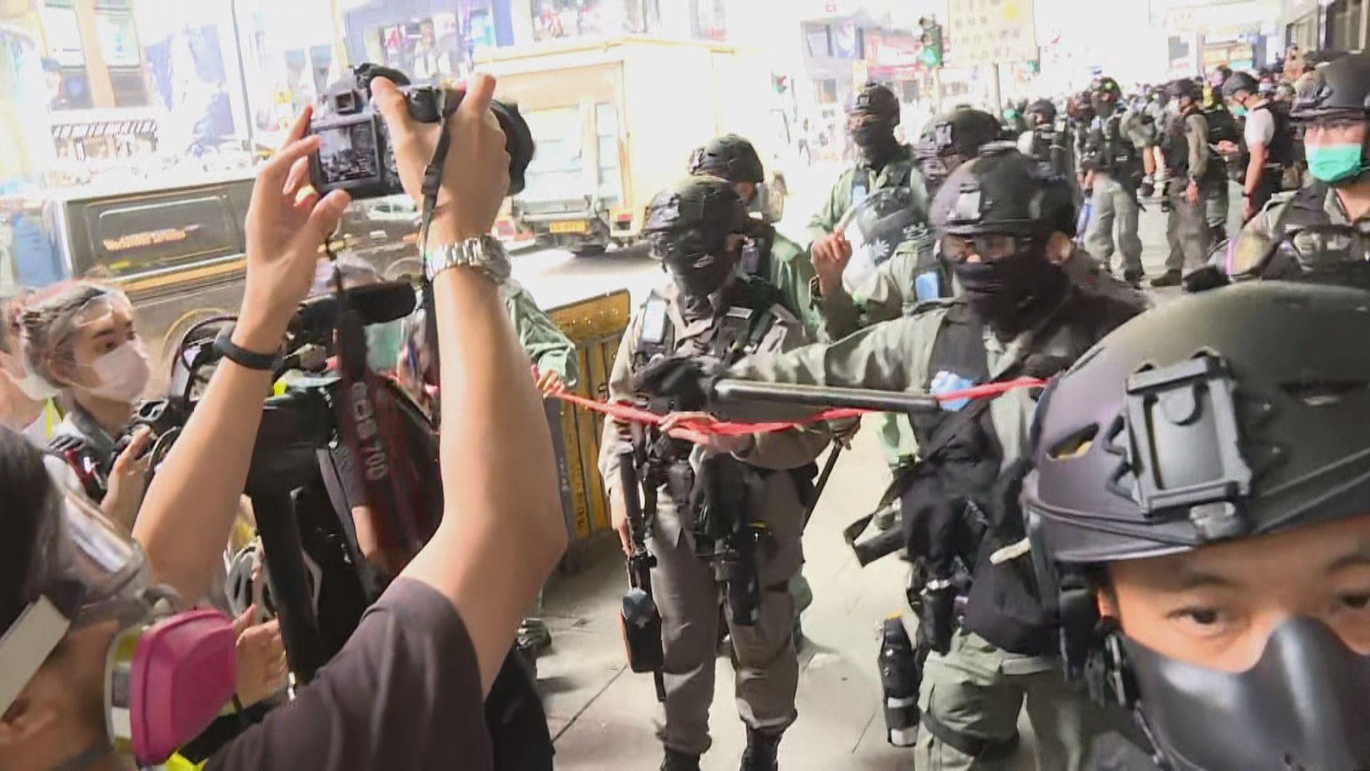 中環畢打街有人堵路 防暴警員開防暴槍驅散