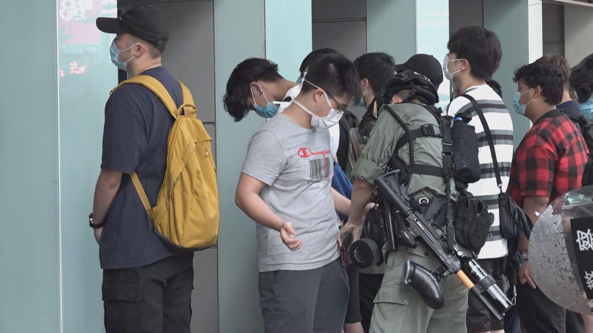 警員在旺角拘60人 搜查多名身穿校服學生