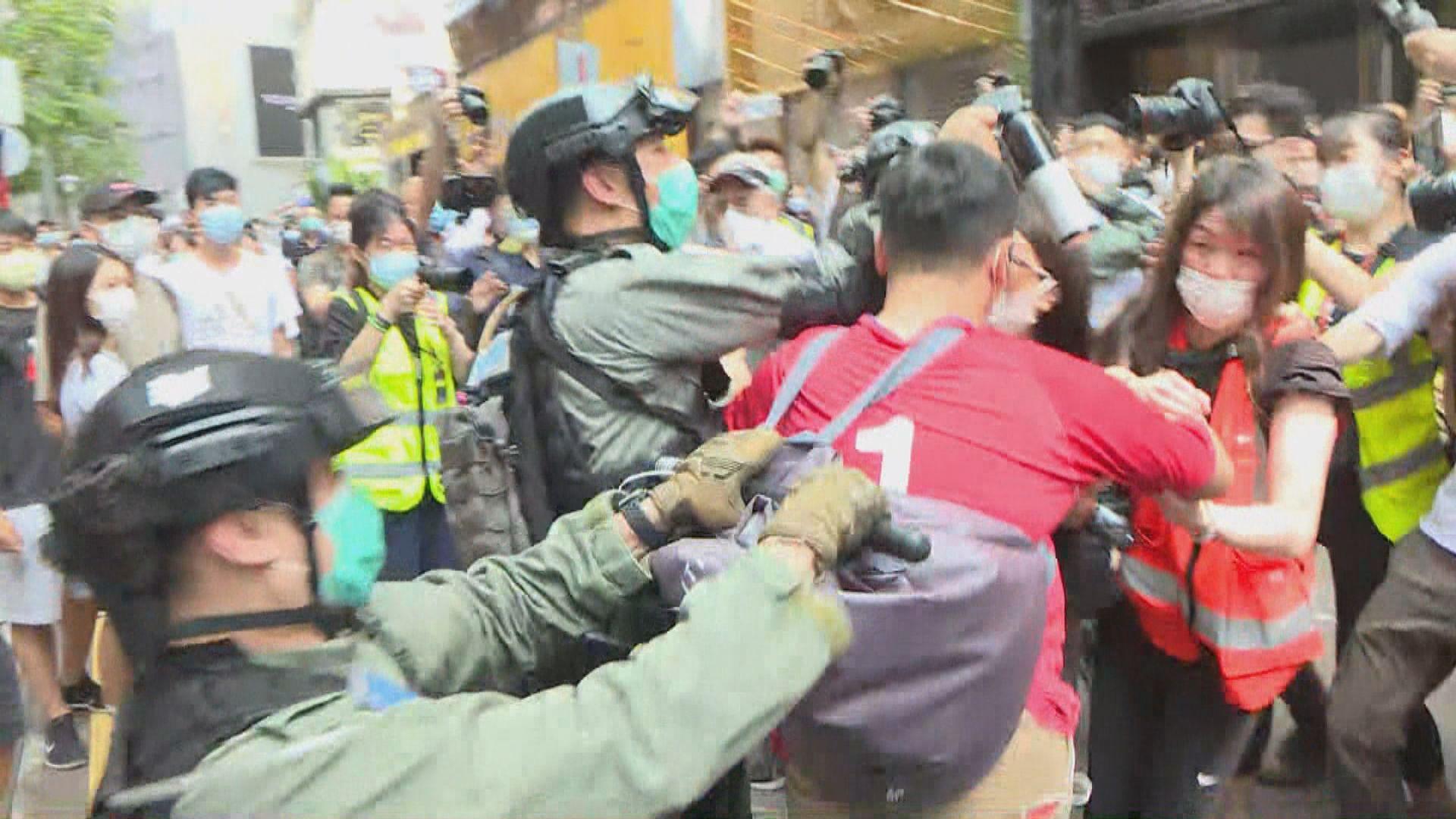 多區下午有人群聚集 警強行拉走北區教會陳凱興