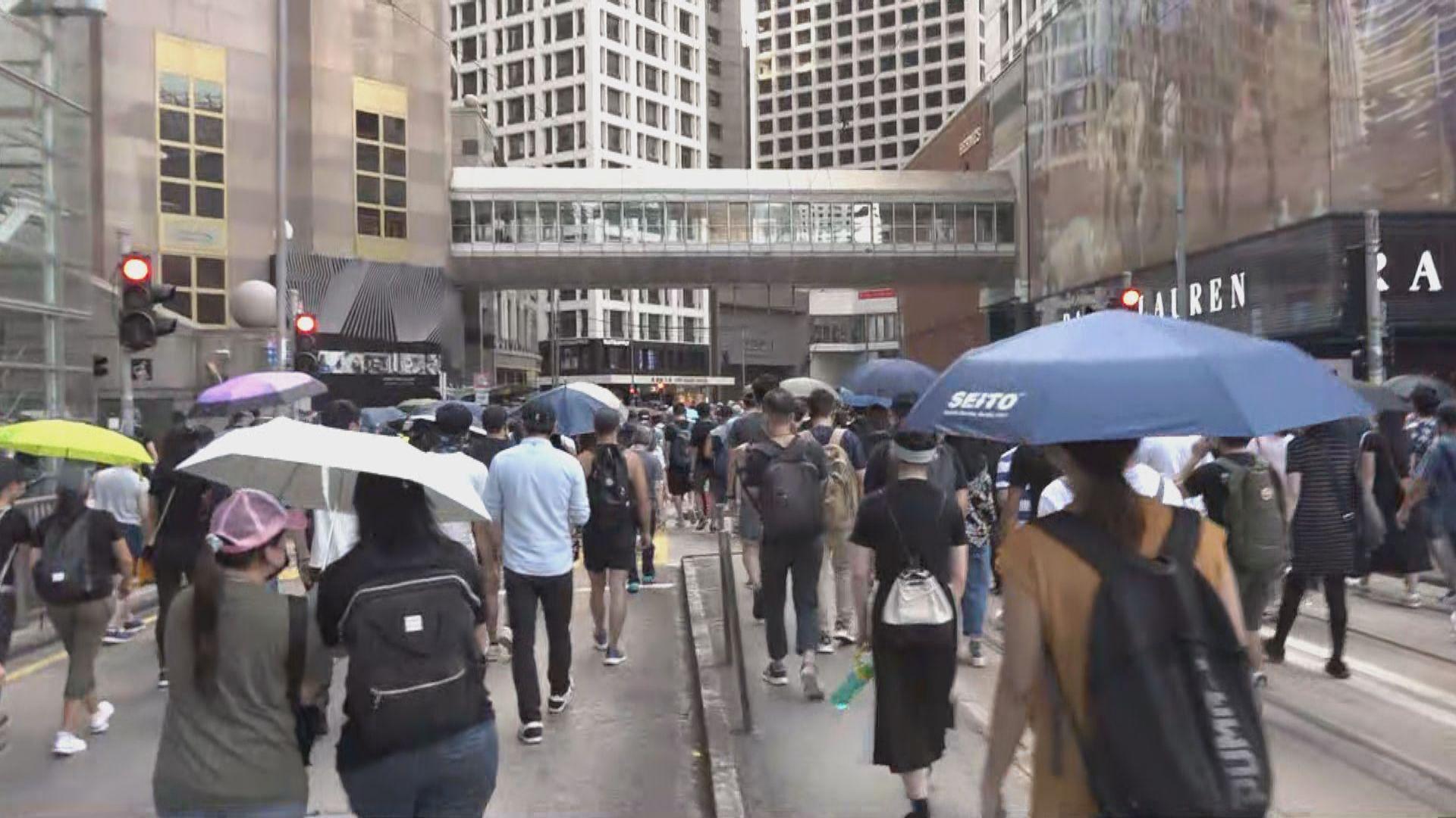 反蒙面法遊行隊伍抵達皇后像廣場 將頭盔放上銅像