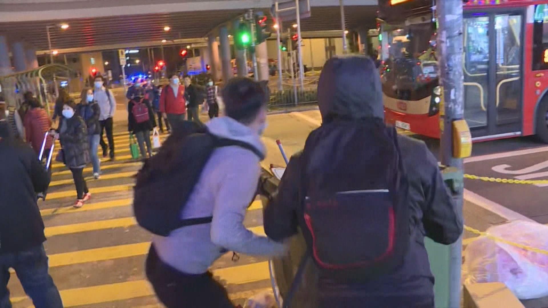 晚上有人在美孚新邨堵路 多人被制服