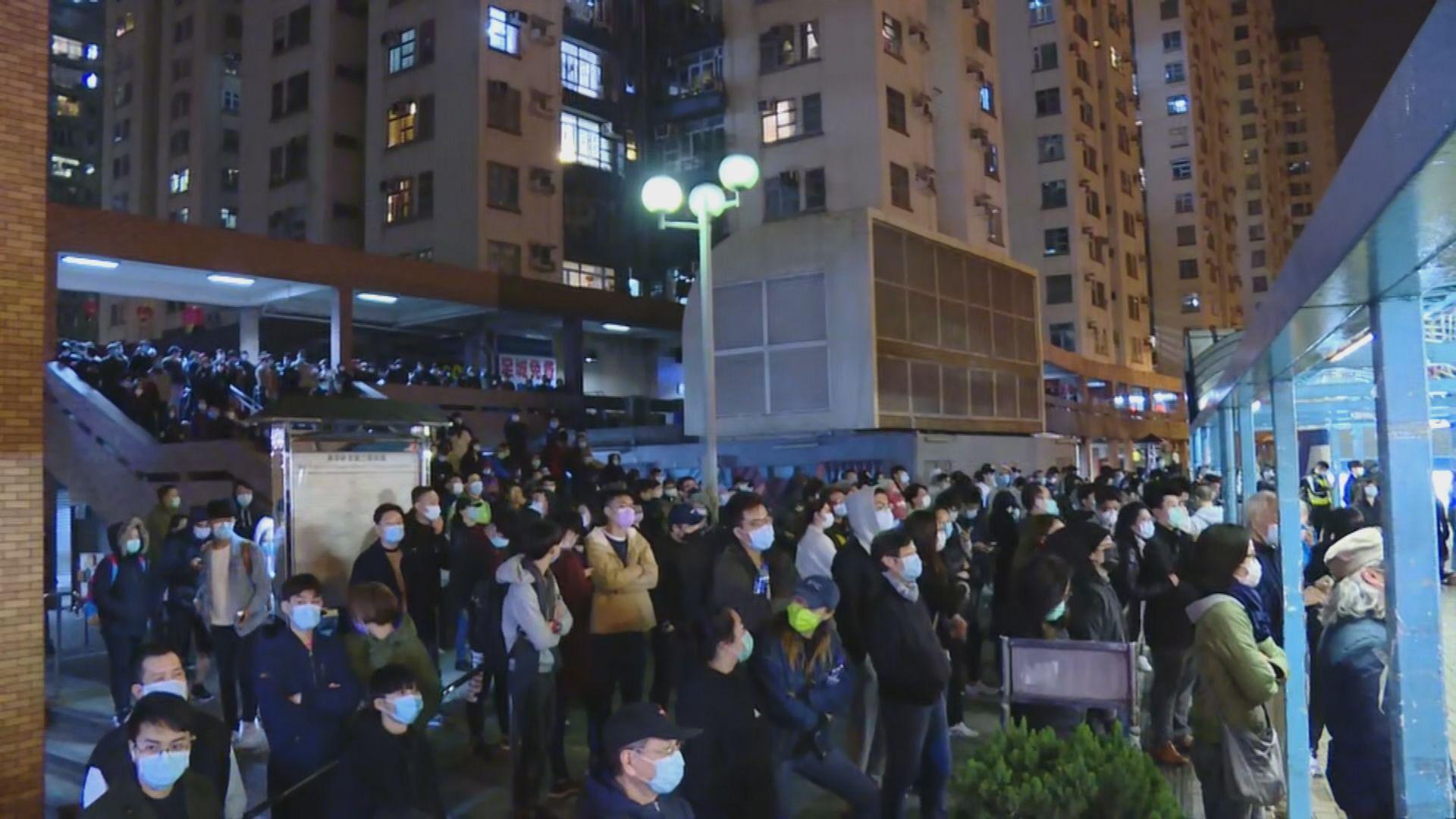 數百人晚上在美孚新邨聚集 不滿設檢疫中心