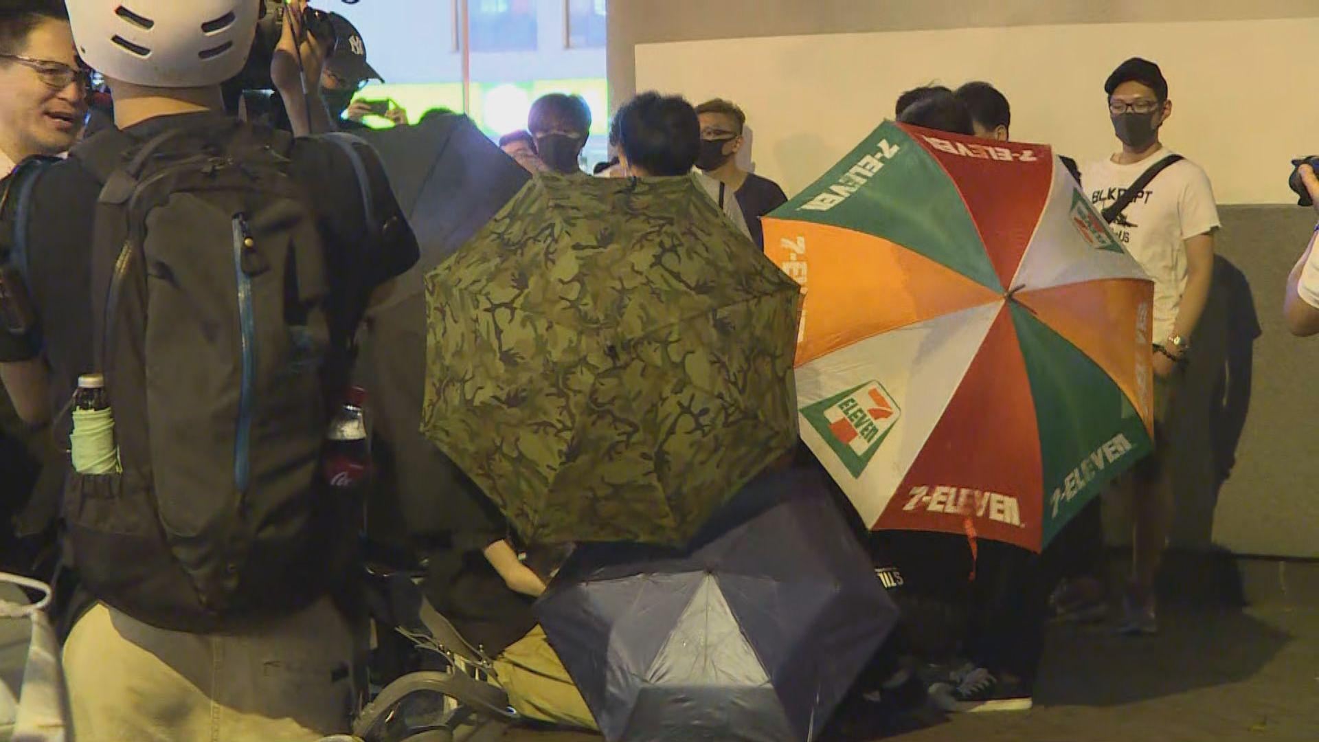 旺角警署外再有示威者聚集及縱火