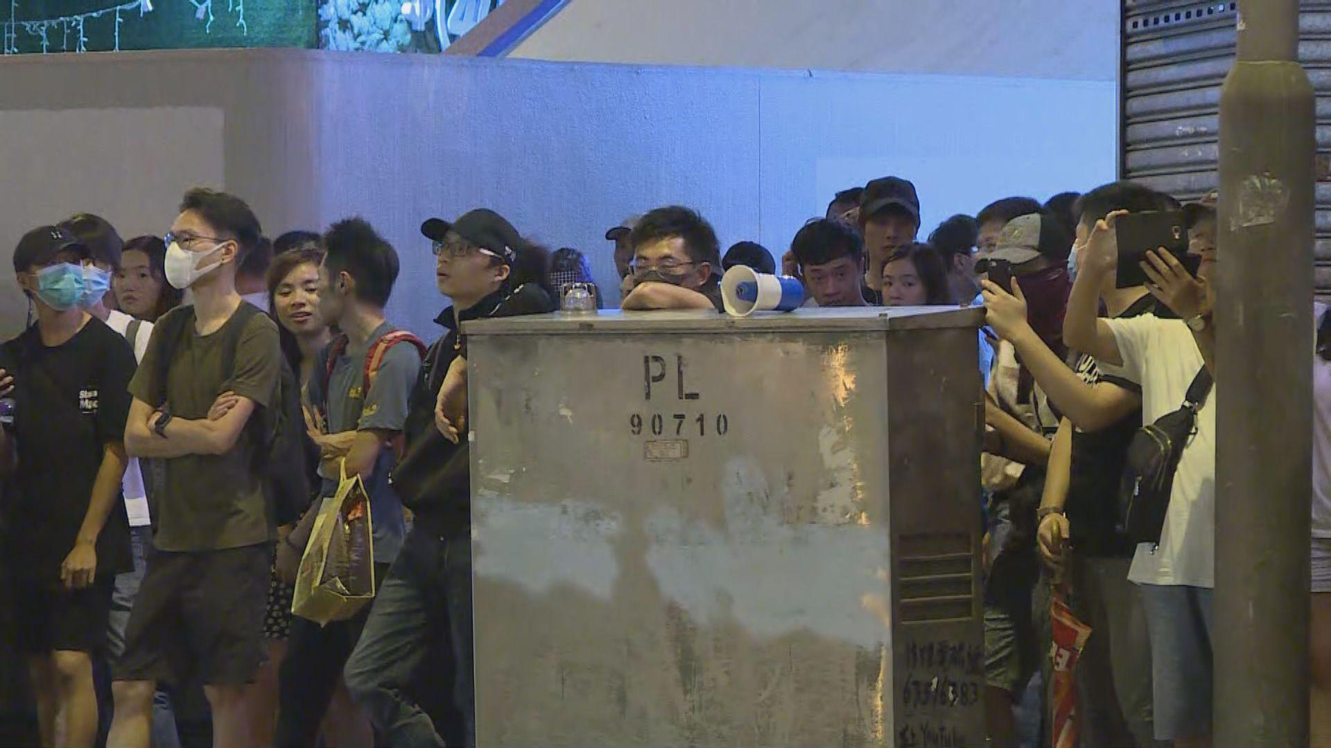 旺角警署外再有示威者聚集及縱火 無人被捕