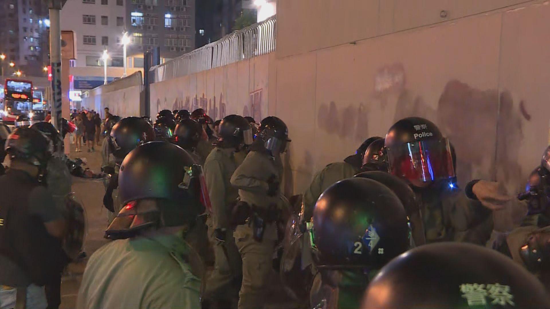 旺角警署外晚上數十人聚集 防暴警察驅散