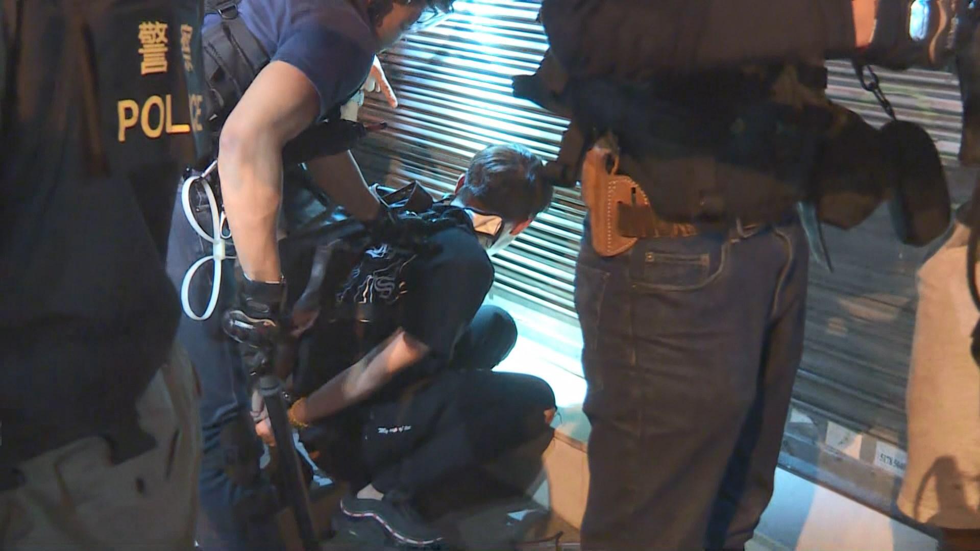 防暴警察凌晨旺角警署外清場 制服多人