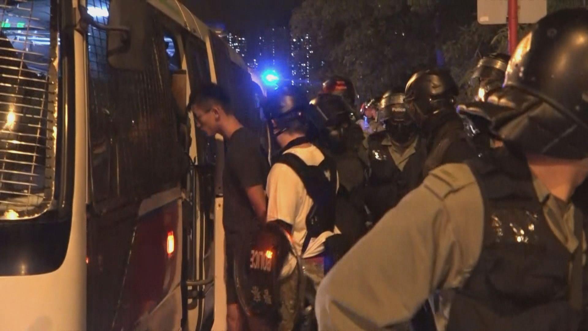 示威者晚上大埔堵路 一男子被帶走
