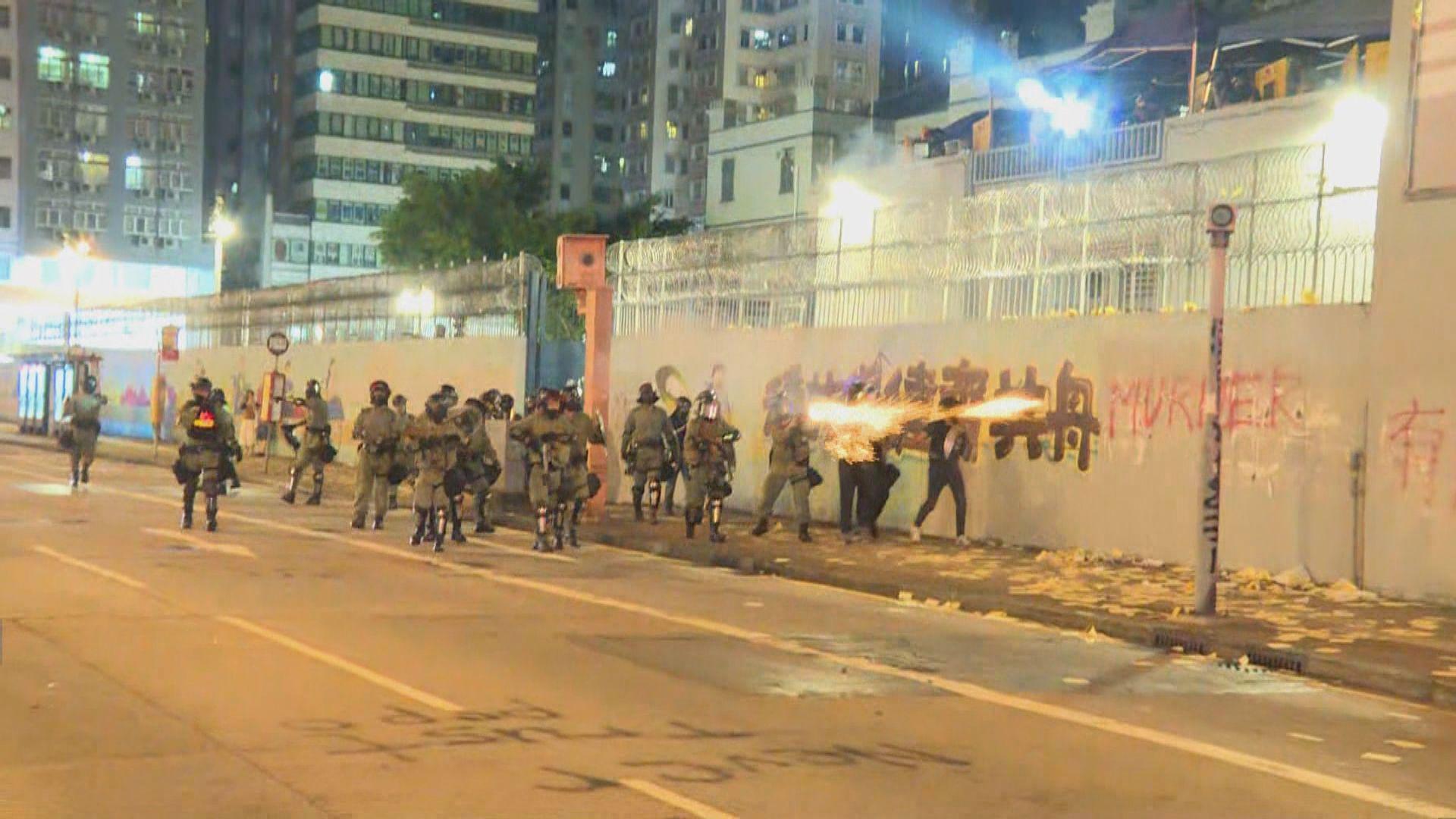 警員周一晚旺角警署多次出動制服多人