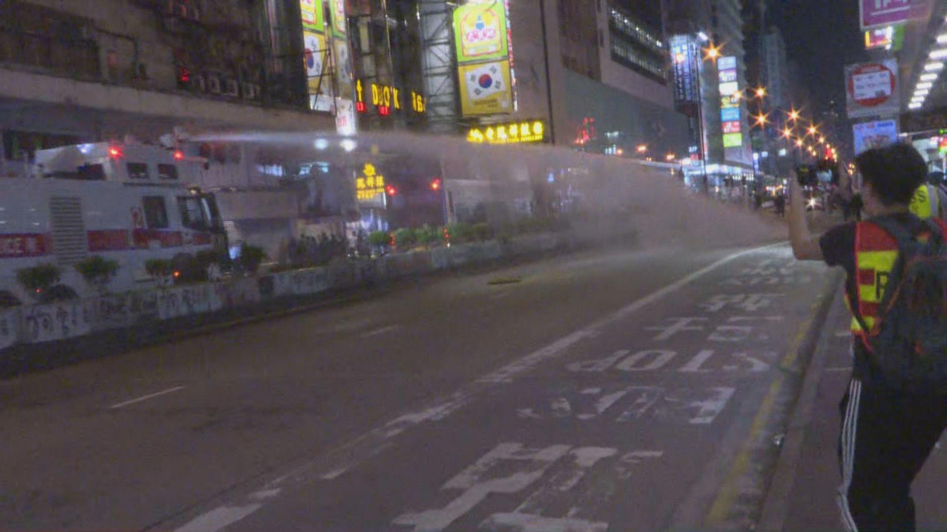 警於旺角施放催淚彈及出動水炮車驅散示威者