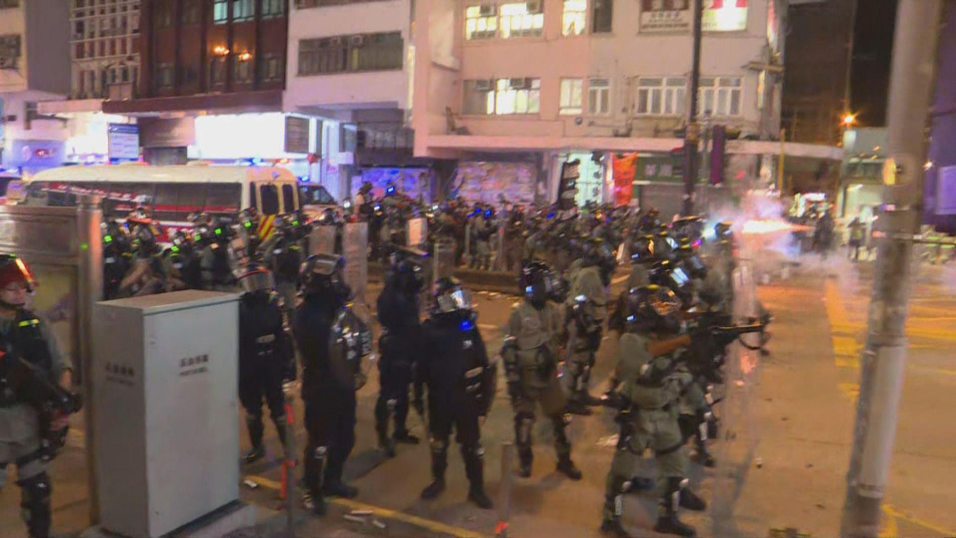 彌敦道有人堵路 警方密集式施放催淚彈