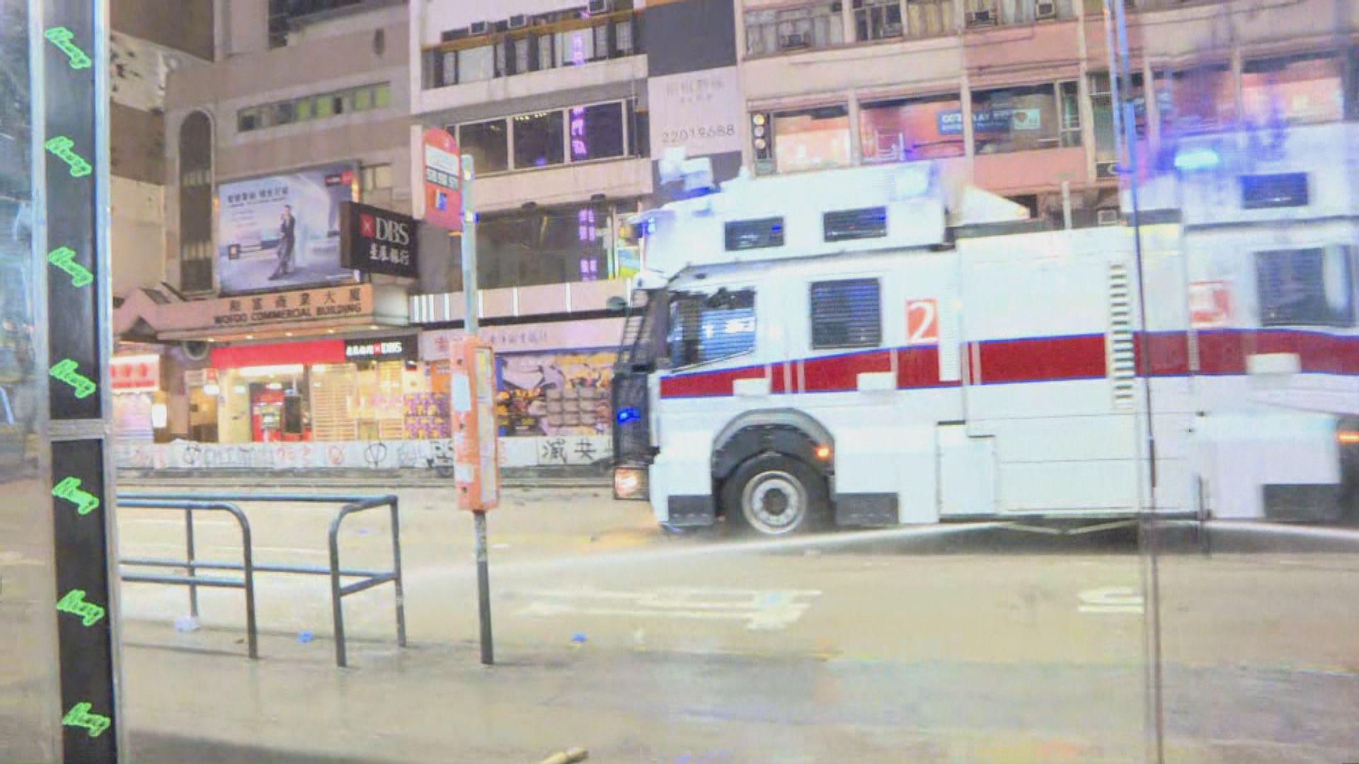 警方出動水炮車在彌敦道驅趕示威者