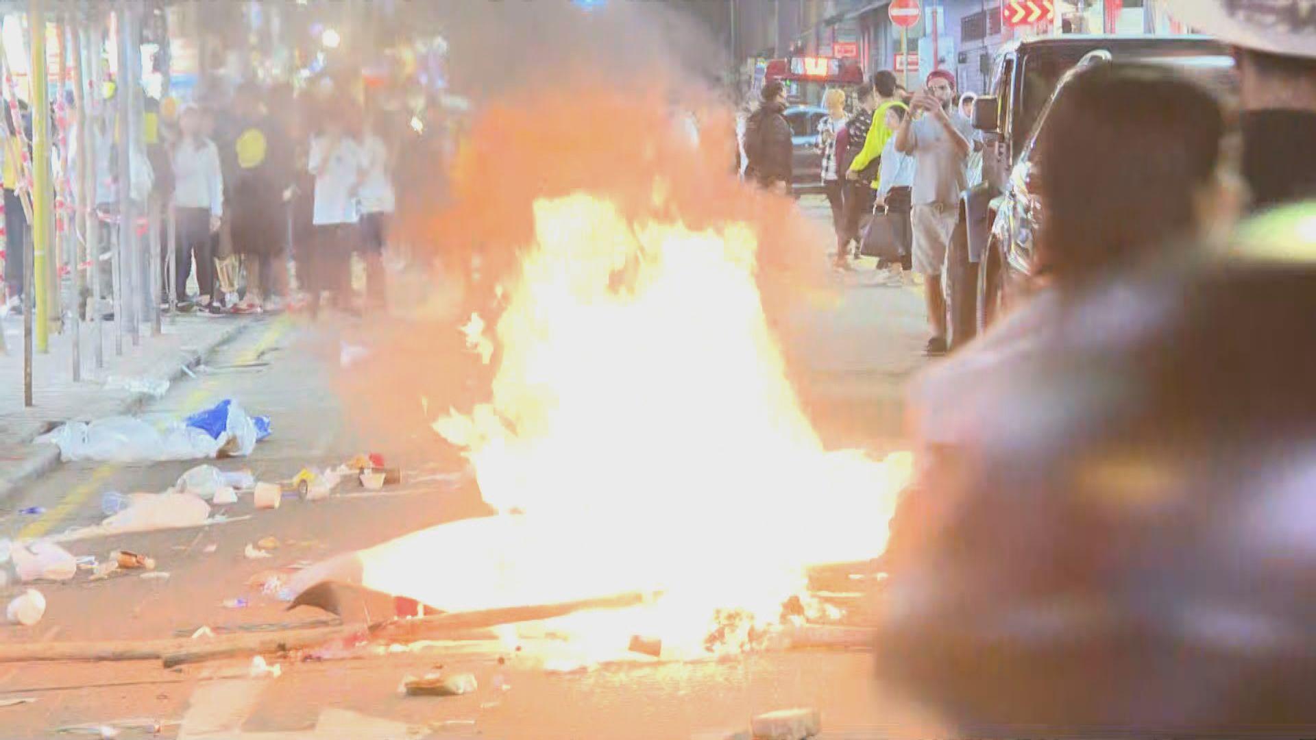 旺角有人群聚集堵路及縱火 防暴警驅散人群