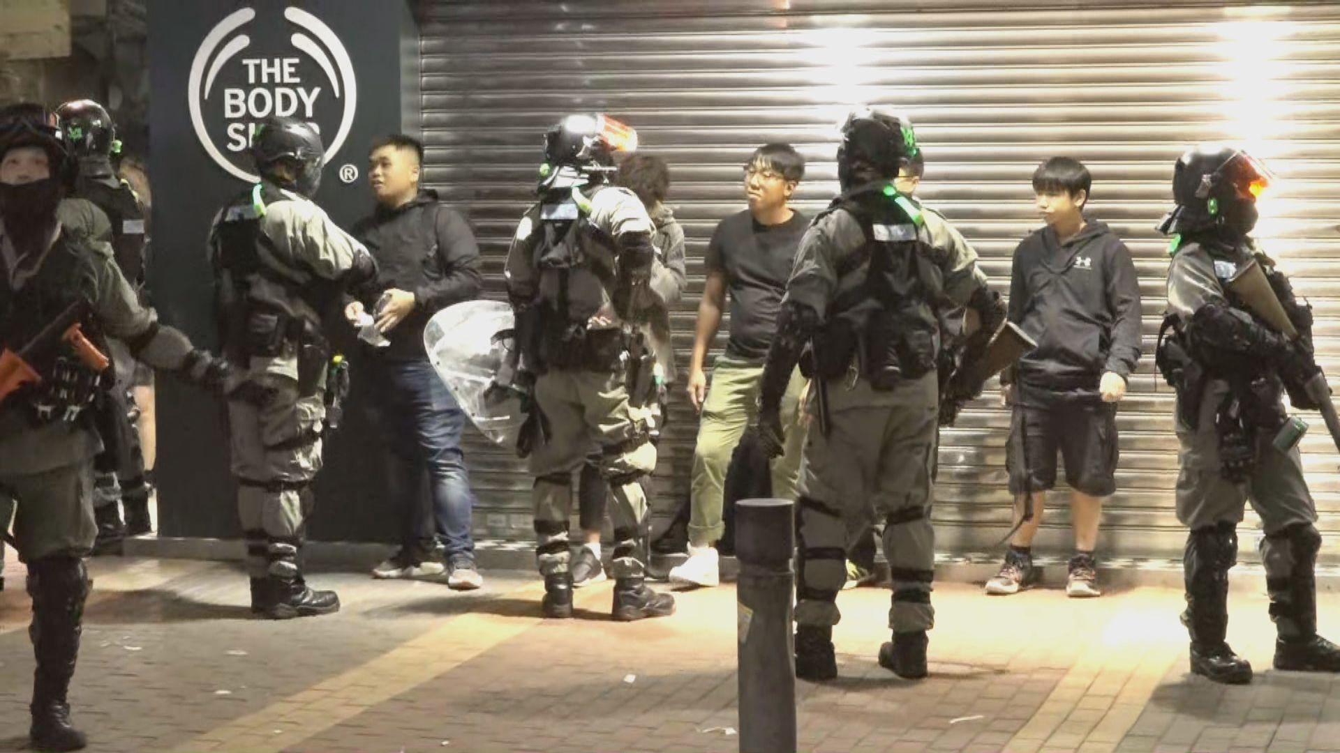 旺角過百人聚集 防暴警逐一登記身份證