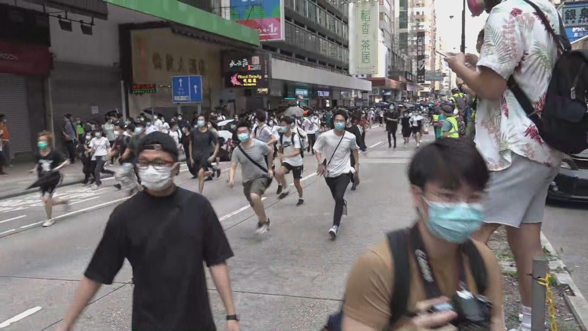 旺角下午有人群走出彌敦道 警員施放胡椒噴霧