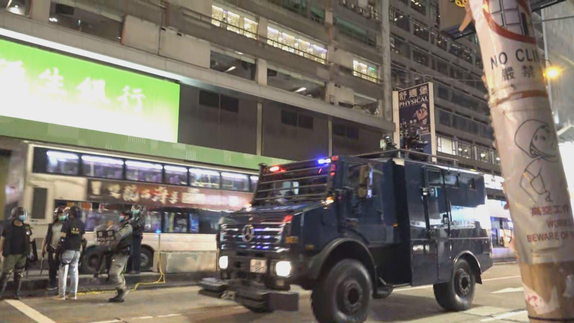 旺角晚上有人群聚集 警出動裝甲車及水炮車戒備