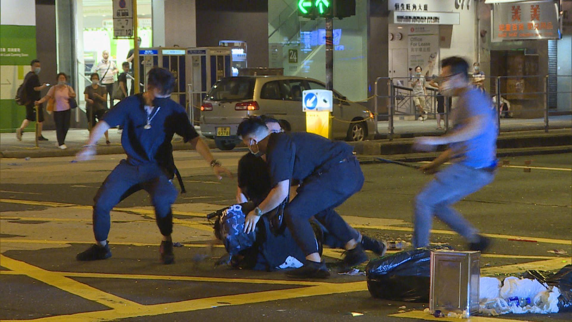 旺角凌晨有人聚集堵路警當場制服兩人