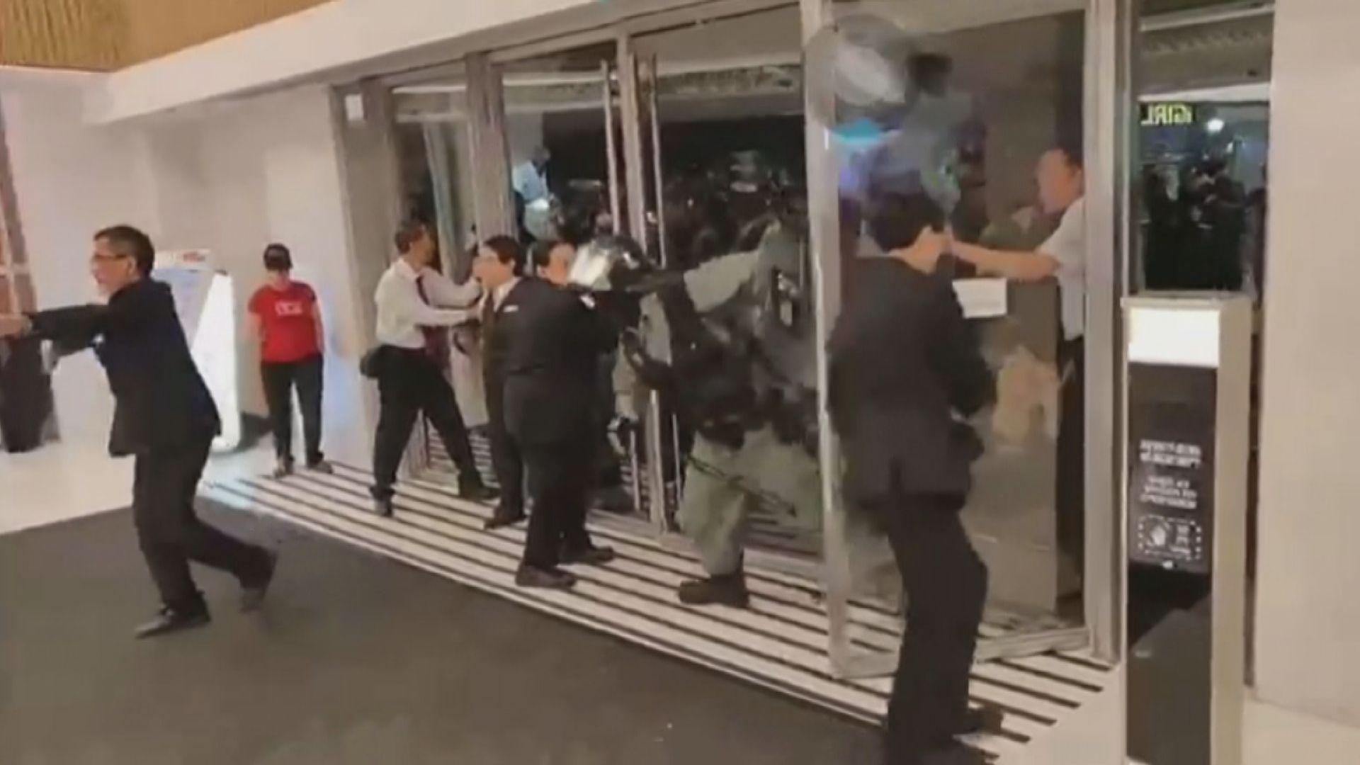 防暴警無視保安阻止衝入新港城中心拘一男子