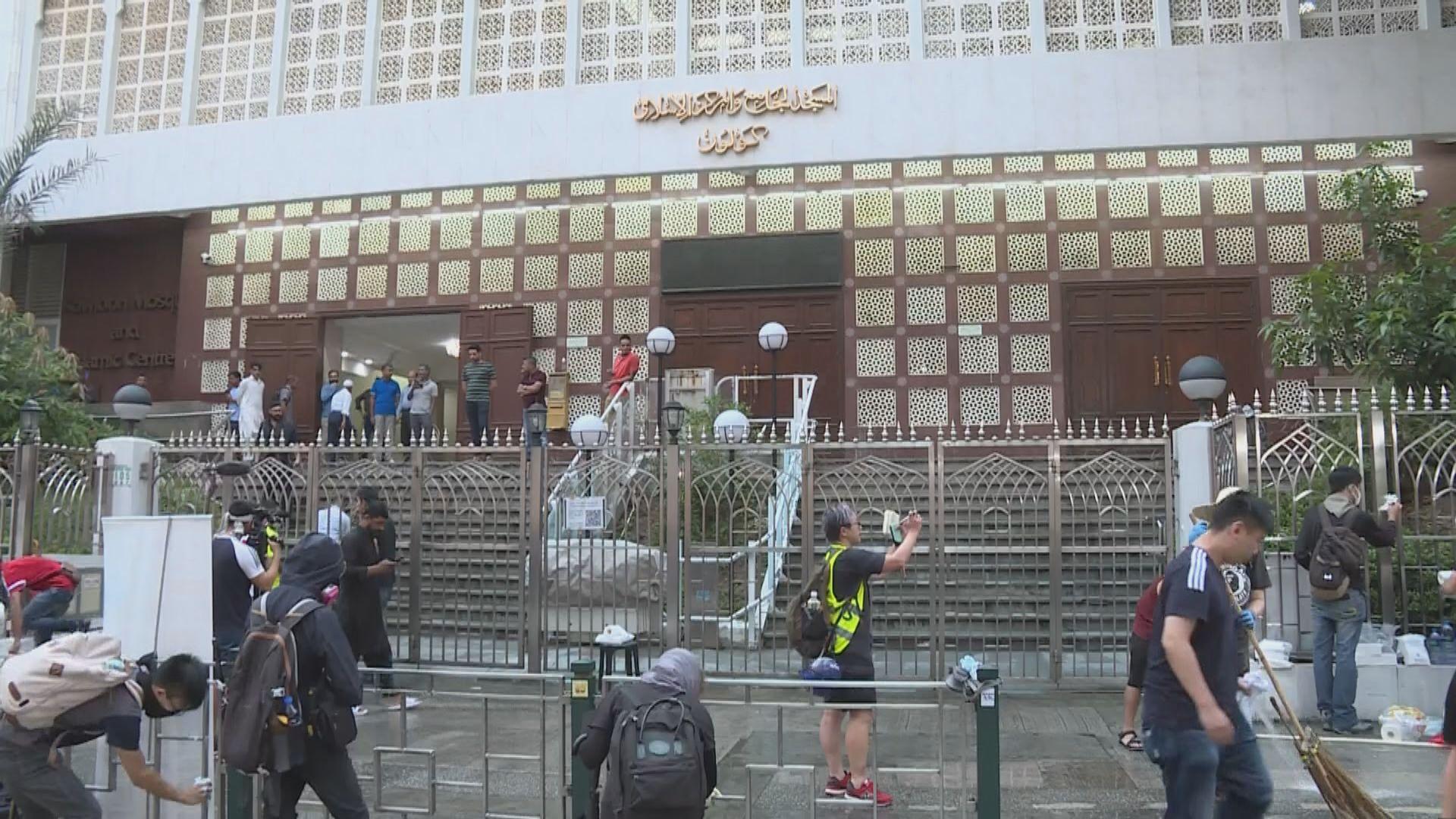 警方水炮車藍色水射中清真寺 市民自發清洗