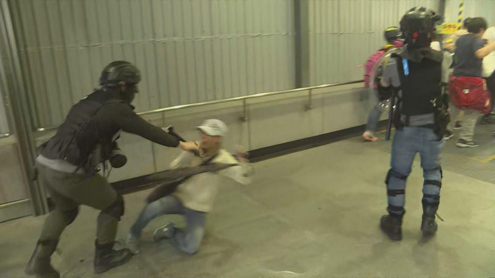 防暴尖東站出入口驅趕 施放胡椒噴霧及推跌市民