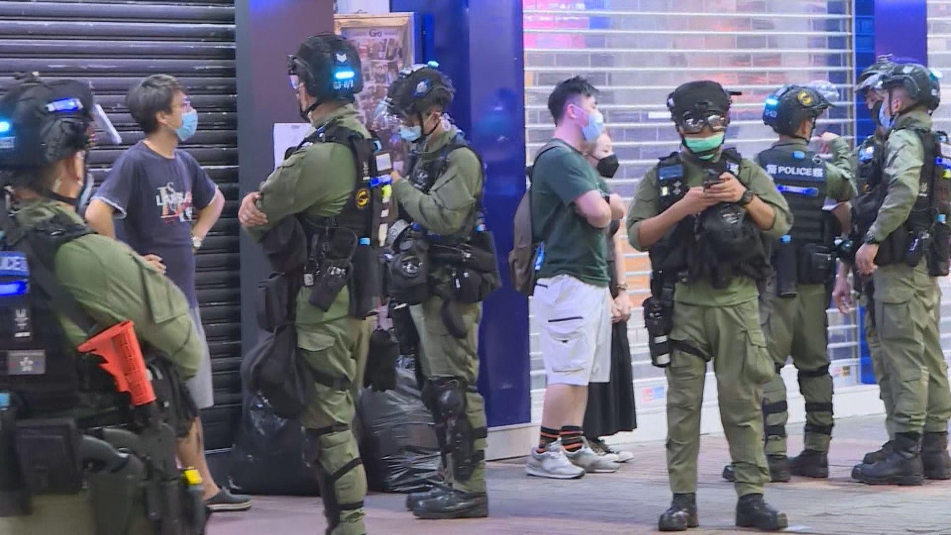 警方晚上旺角戒備 截查車輛及途人