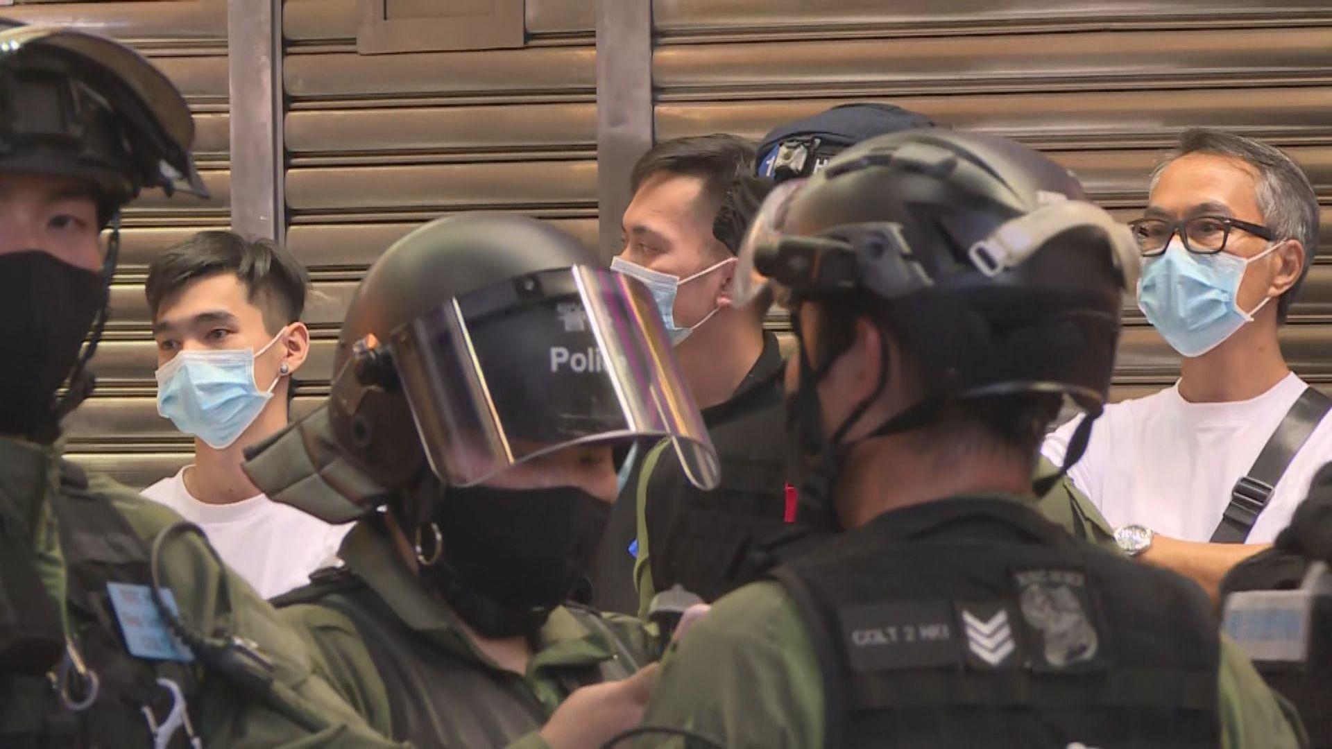 警方晚上續於銅鑼灣截查途人 拘最少六人