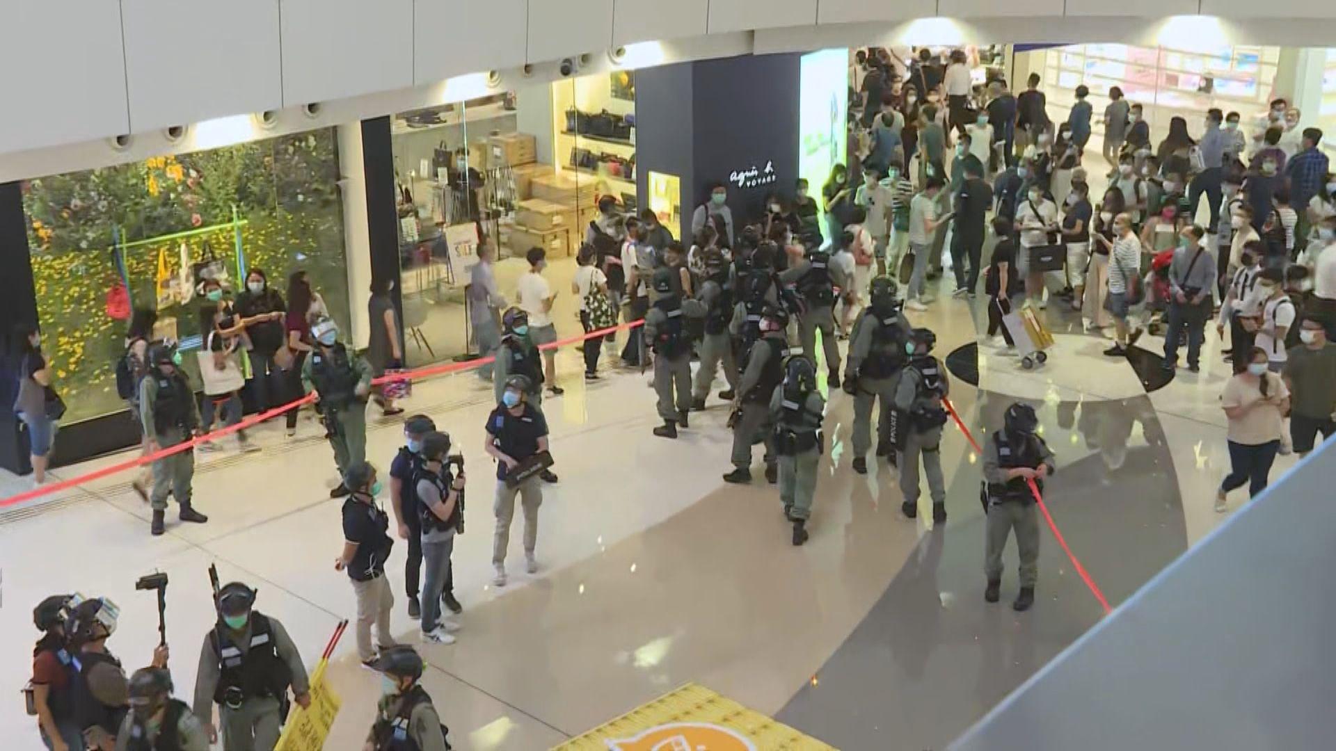 網民觀塘APM叫口號 防暴警察進入商場警告