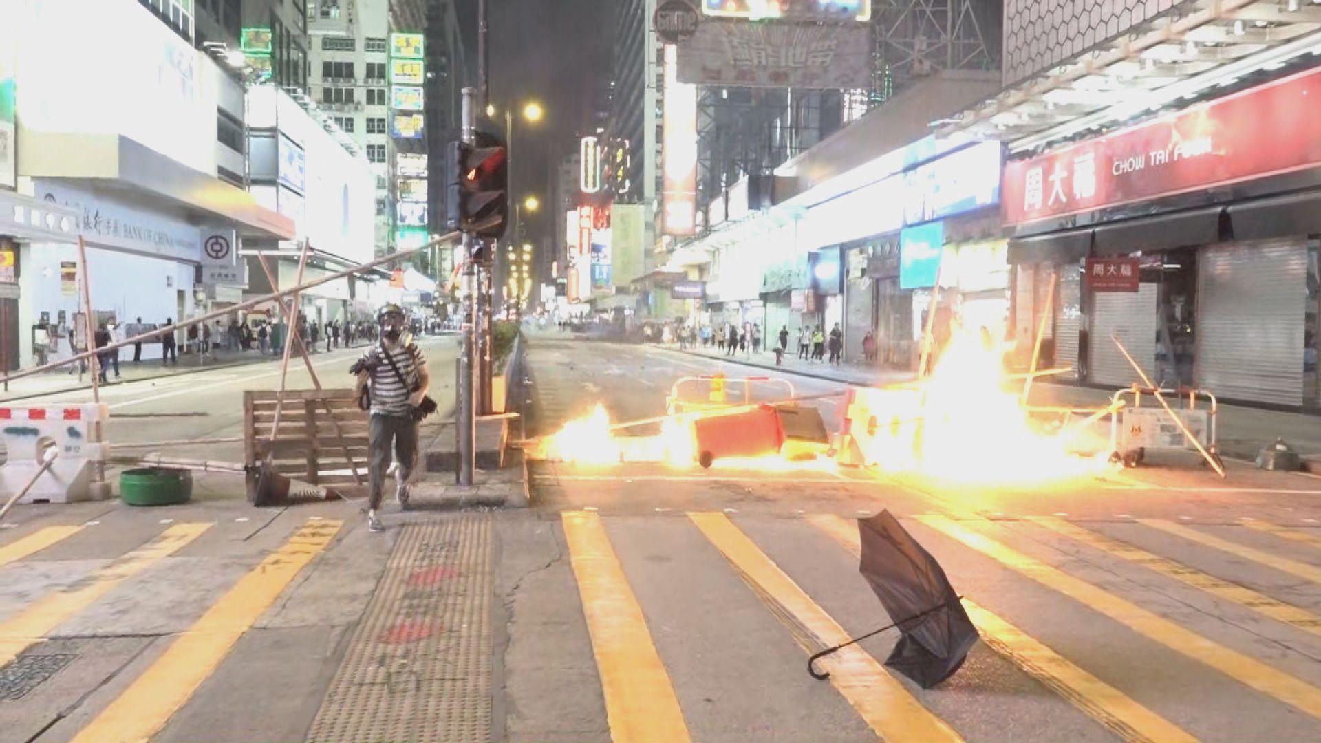 示威者旺角築路障縱火 防暴警射催淚彈驅散