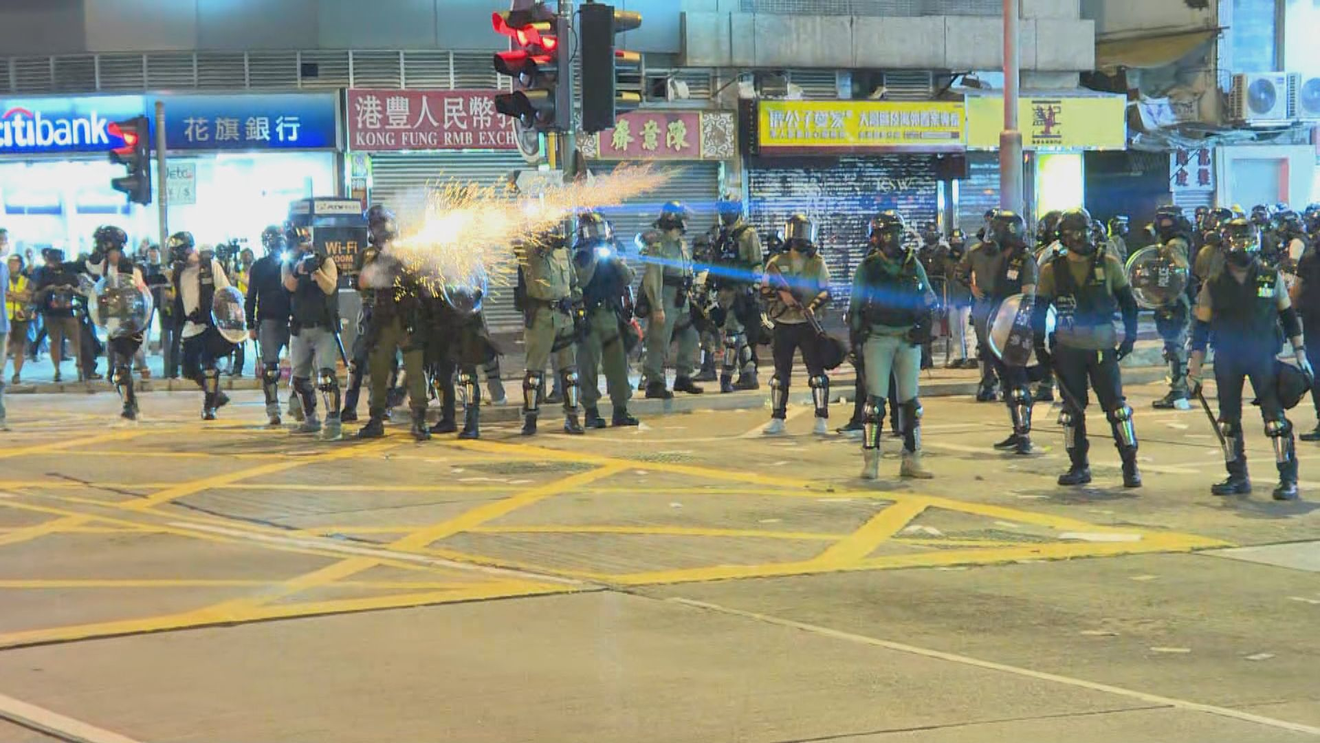 港鐵太子站外人群聚集 警方發射催淚彈驅散