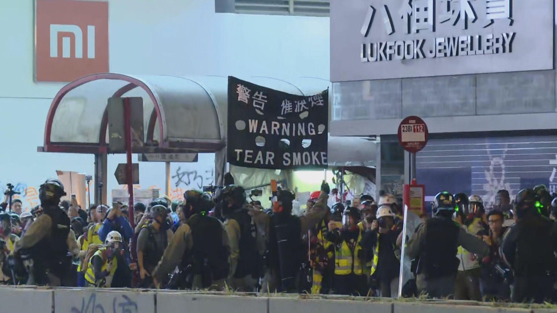 警方指旺角有人向警投玻璃樽 以催淚煙驅散