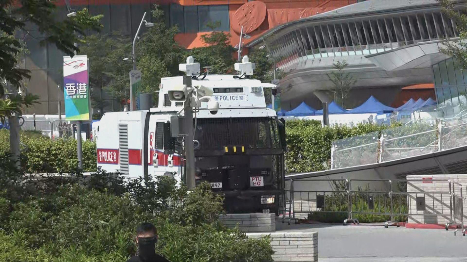 西九龍站外有水炮車及銳武裝甲車在場戒備