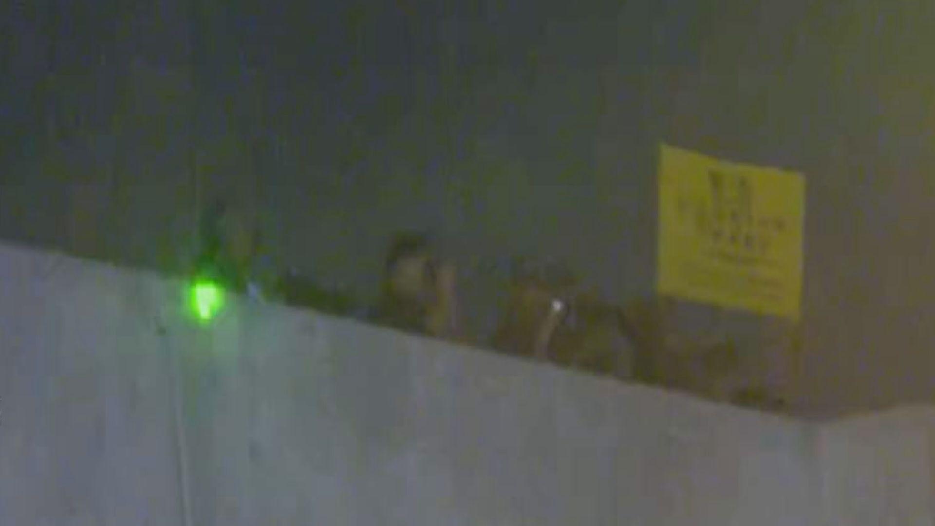 九龍塘示威者照強光 解放軍營有人舉旗警告