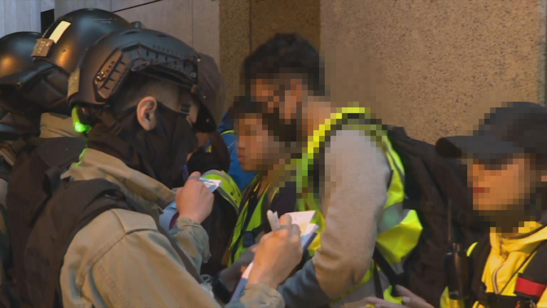 防暴警畢打街拘捕十多人 多名記者遭截查