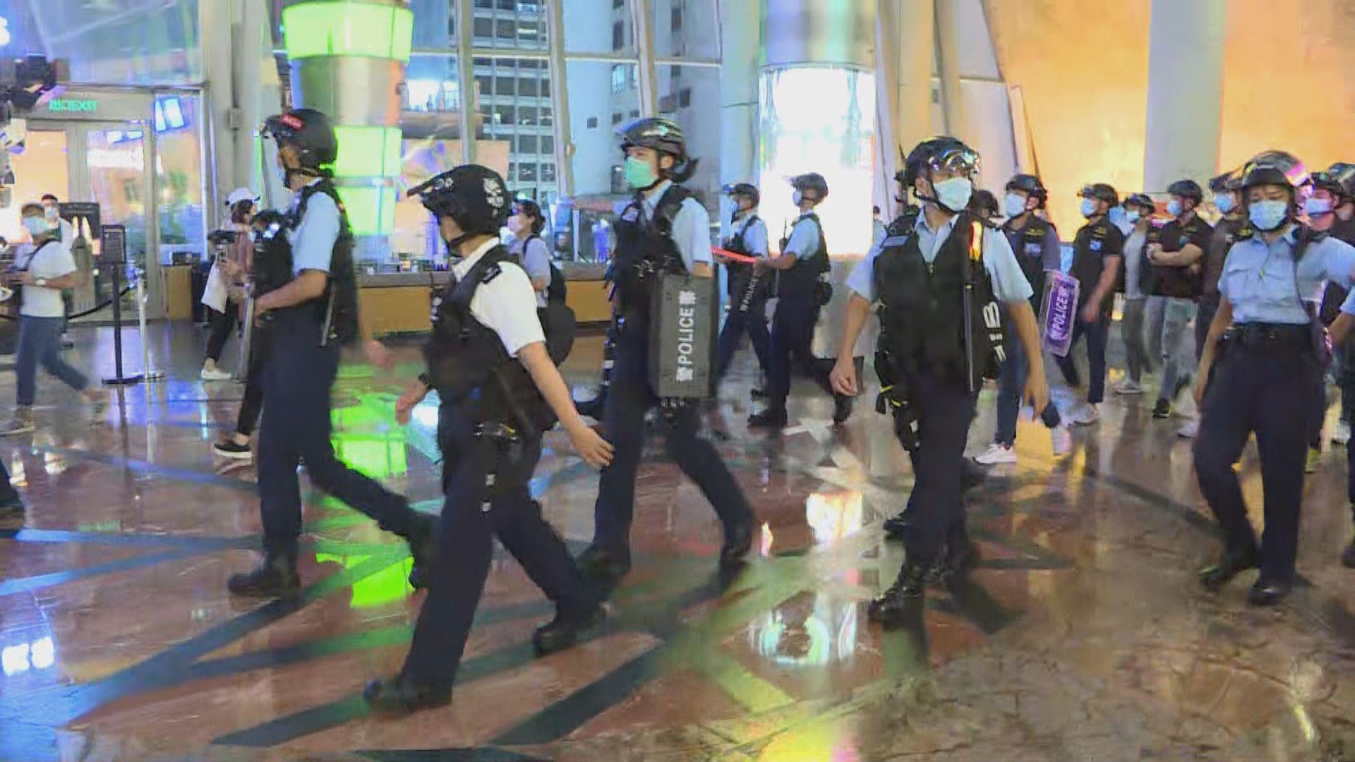 網上有人發起和你唱活動 警員到場驅趕