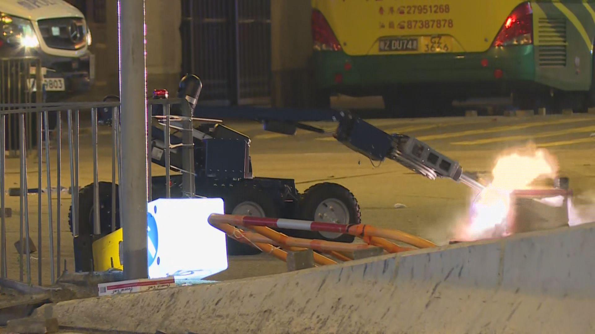 示威者退至深水埗 警引爆懷疑爆炸品