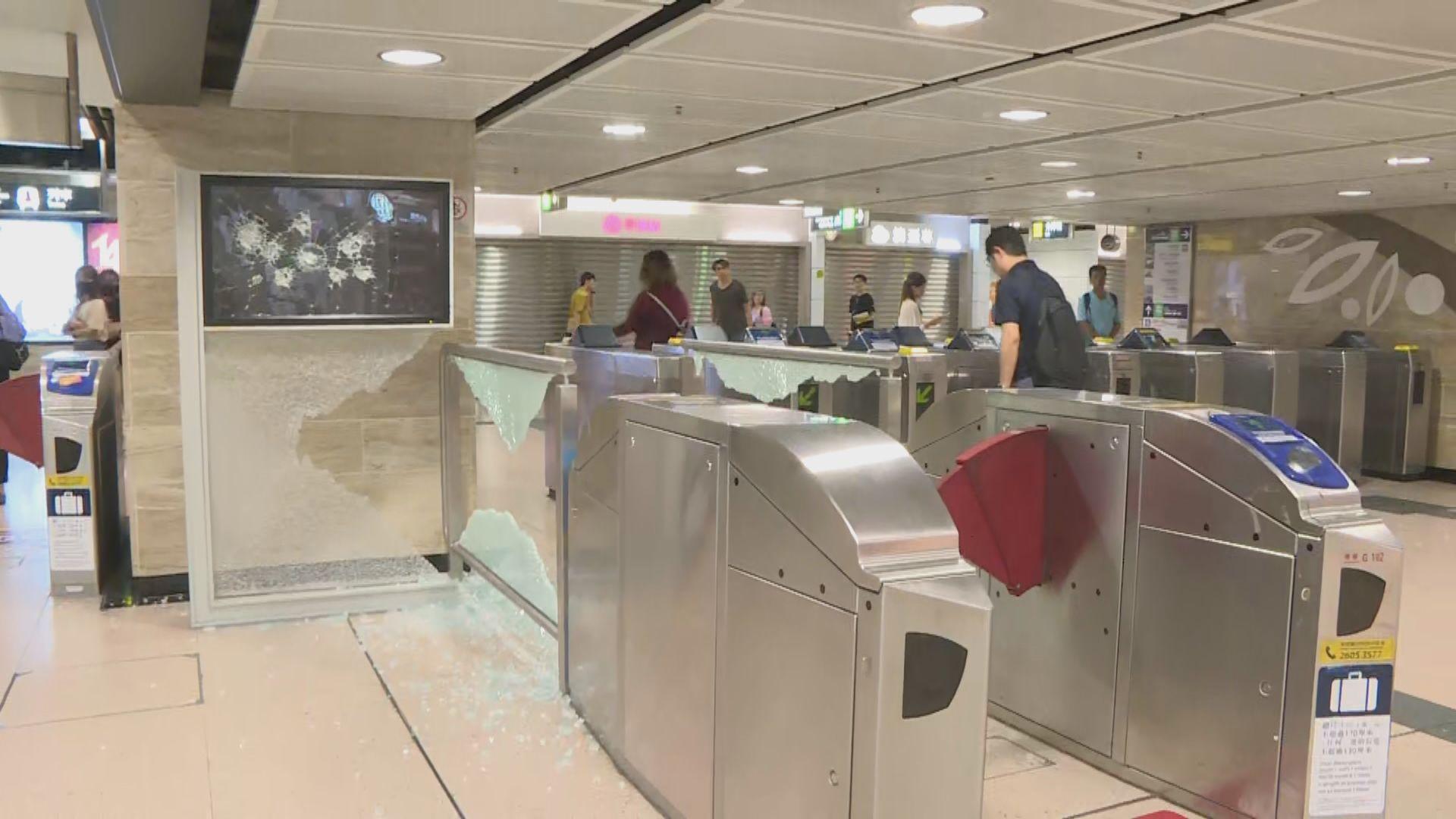 沙田示威者破壞港鐵站設施和商戶