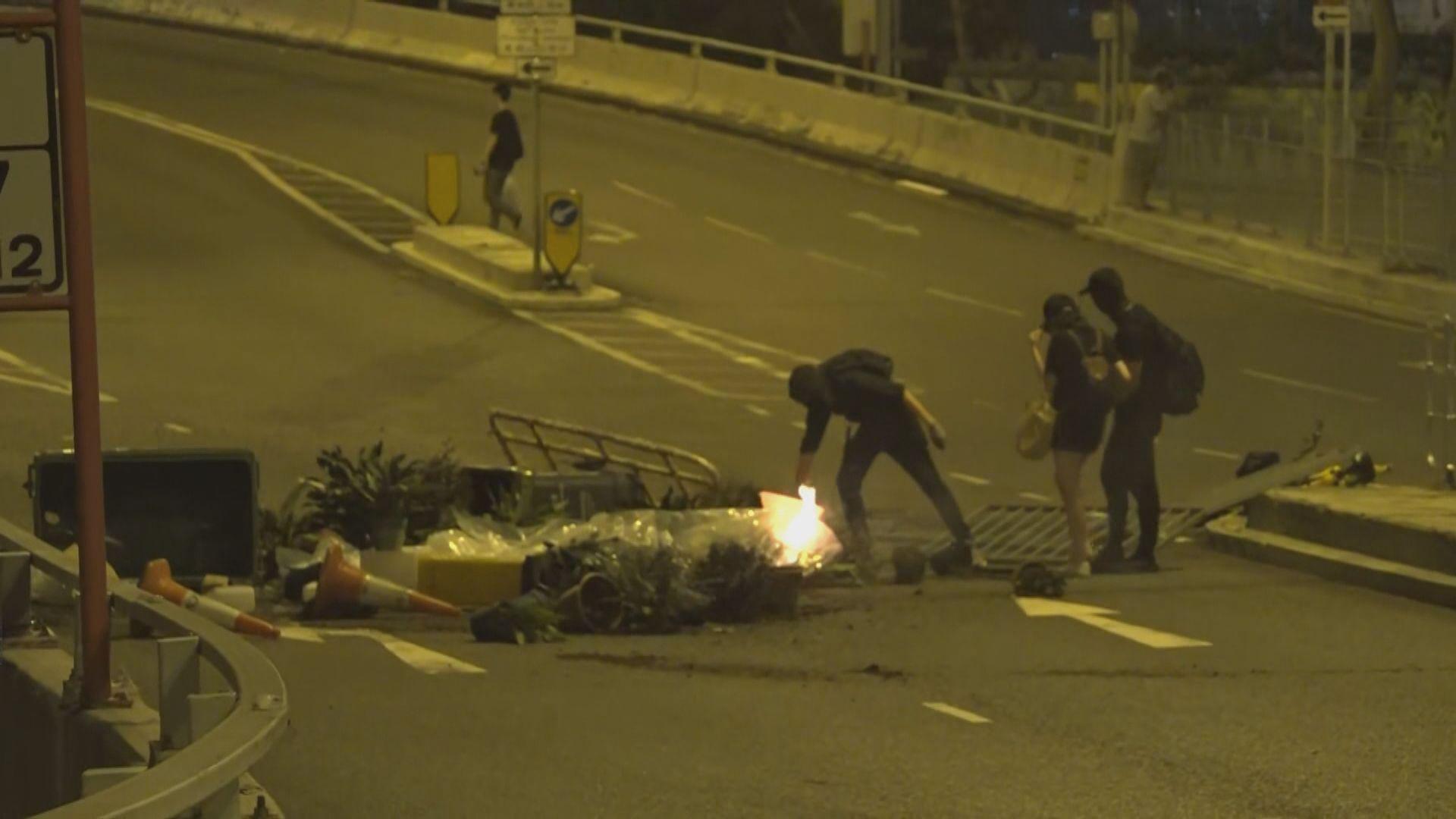 沙田有示威者馬路縱火及破壞港鐵站