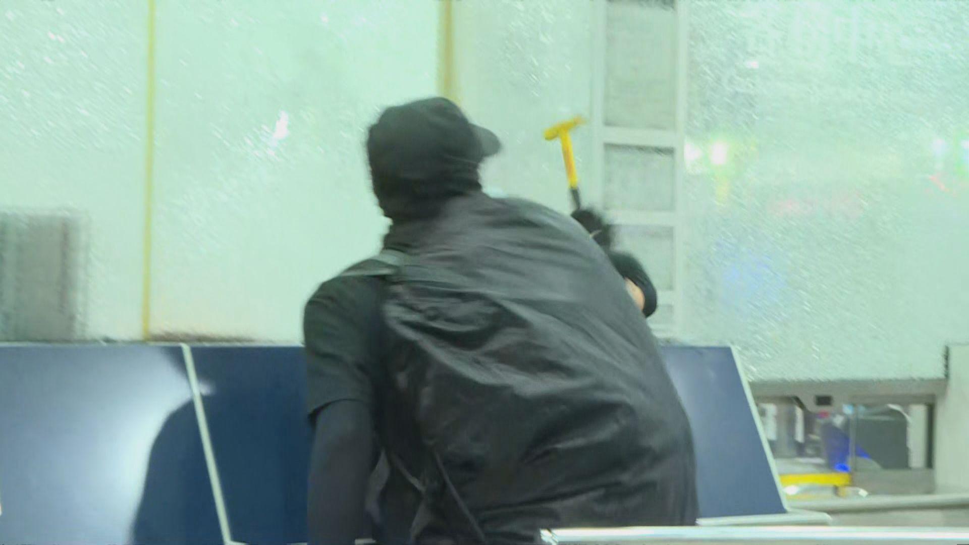 黑衣蒙面人破壞沙田港鐵站 消防員到場戒備