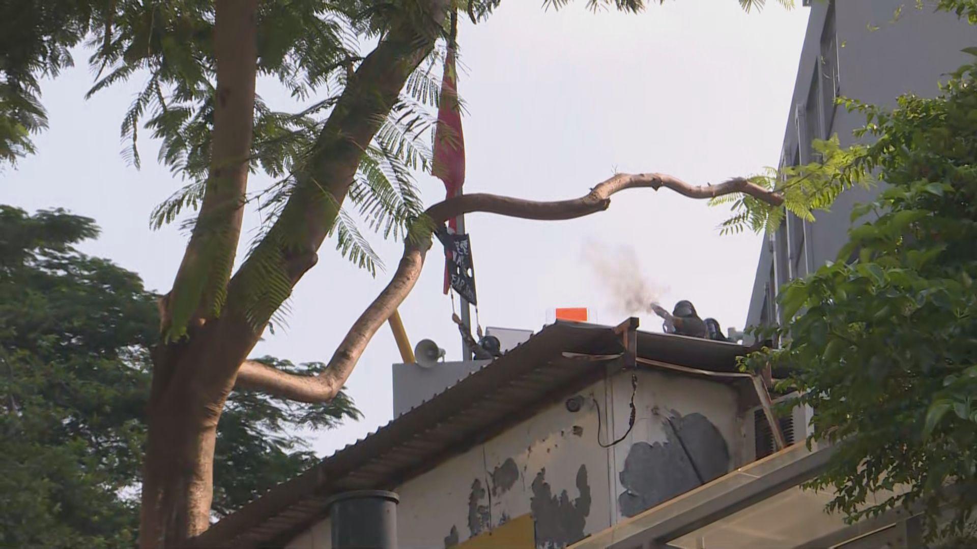 尖沙咀警署外對峙 警放催淚彈示威者擲汽油彈