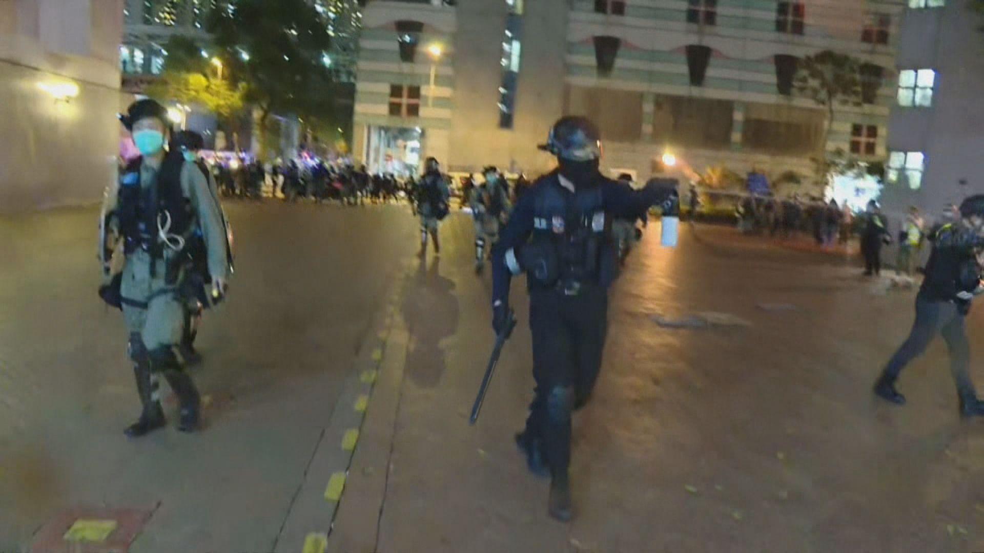 將軍澳晚上有人堵路 警員制服多人