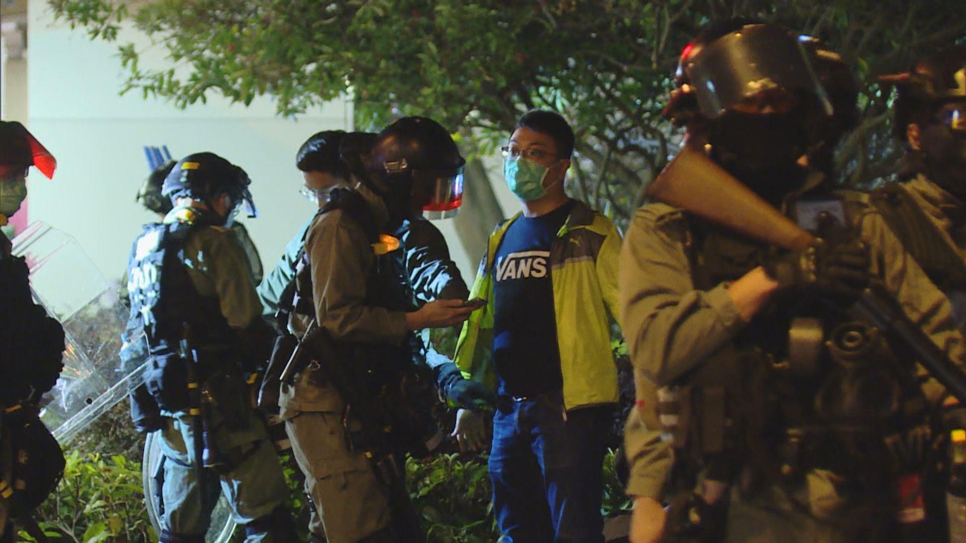 將軍澳晚上有人堵路 西貢兩區議員被捕