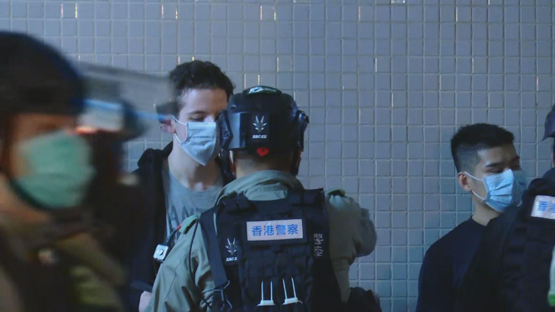 數百名市民將軍澳悼念周梓樂 警方帶走多人