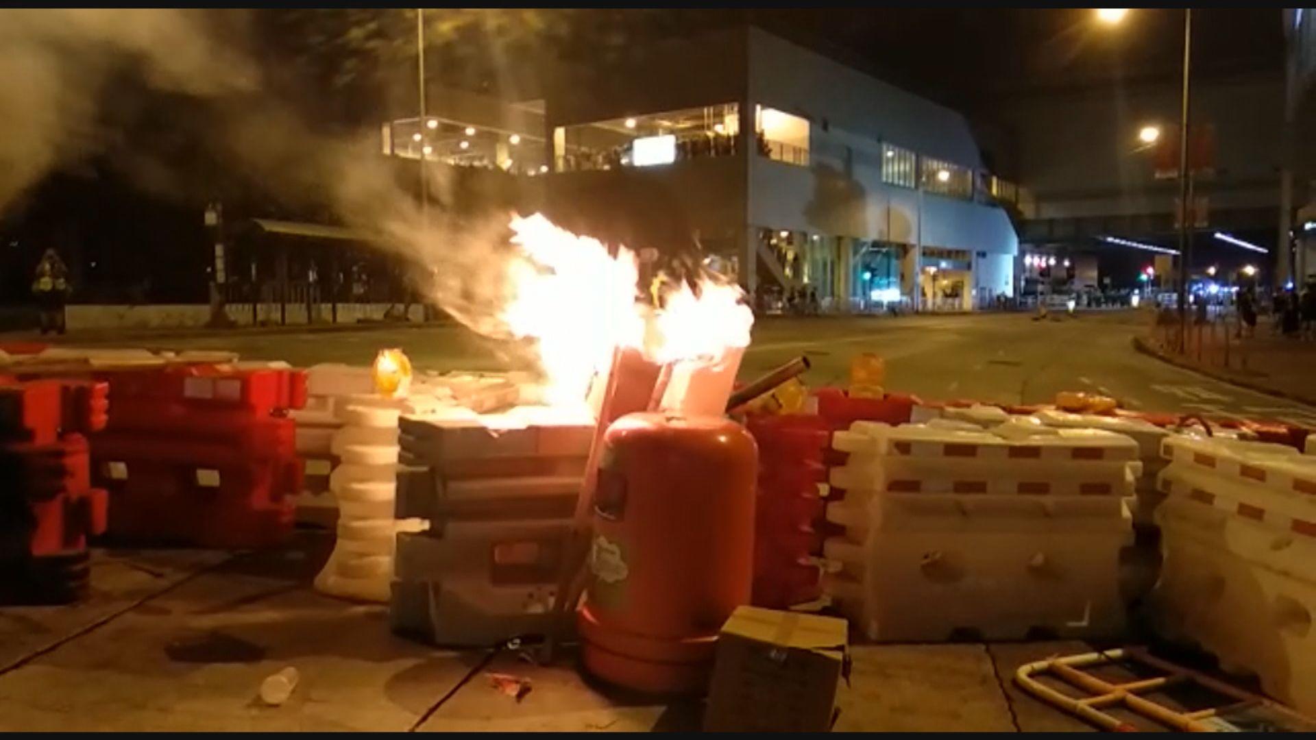 屯門西鐵站外有堵路及縱火