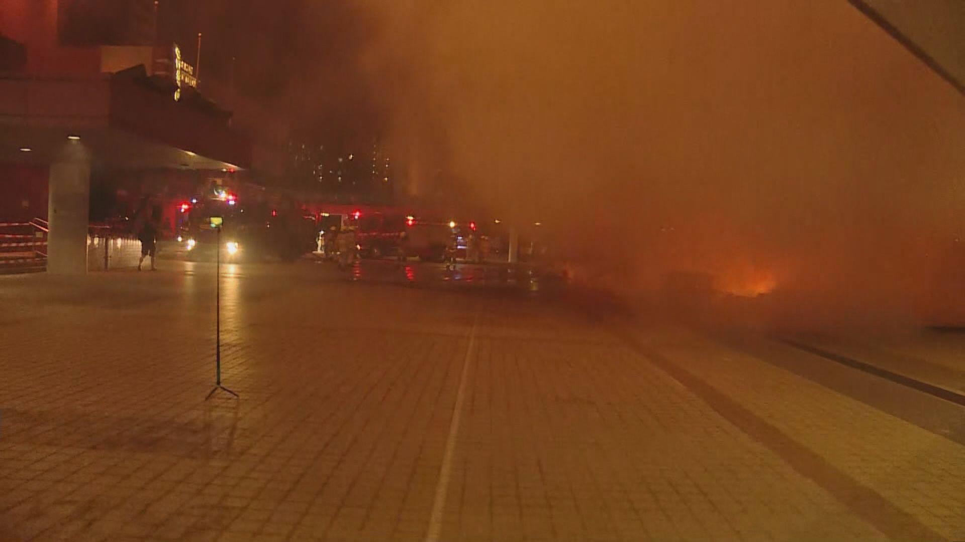 屯門大會堂外有雜物着火