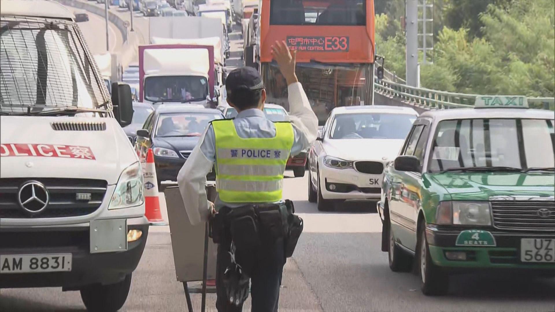 警方屯門公路設路障檢查車輛