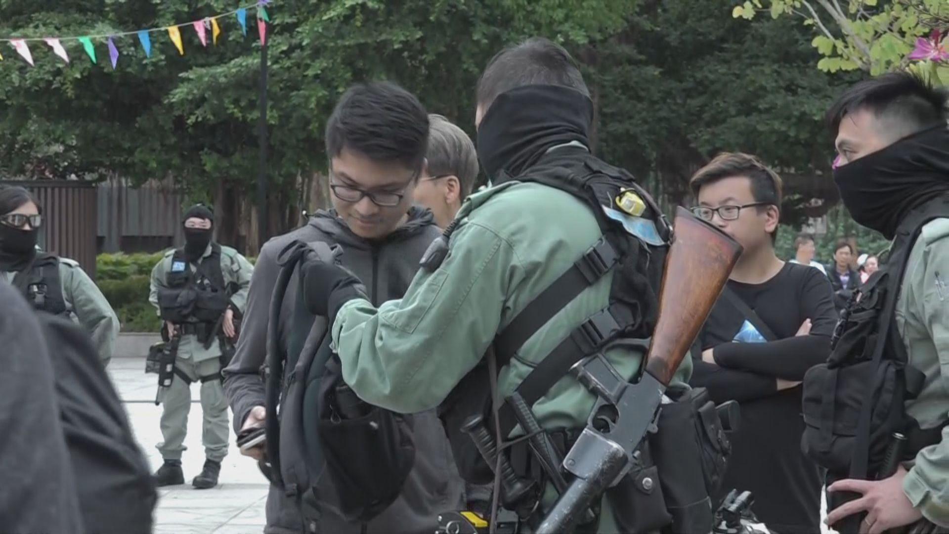 屯門公園防暴警截查抗議表演攤檔製造噪音人士
