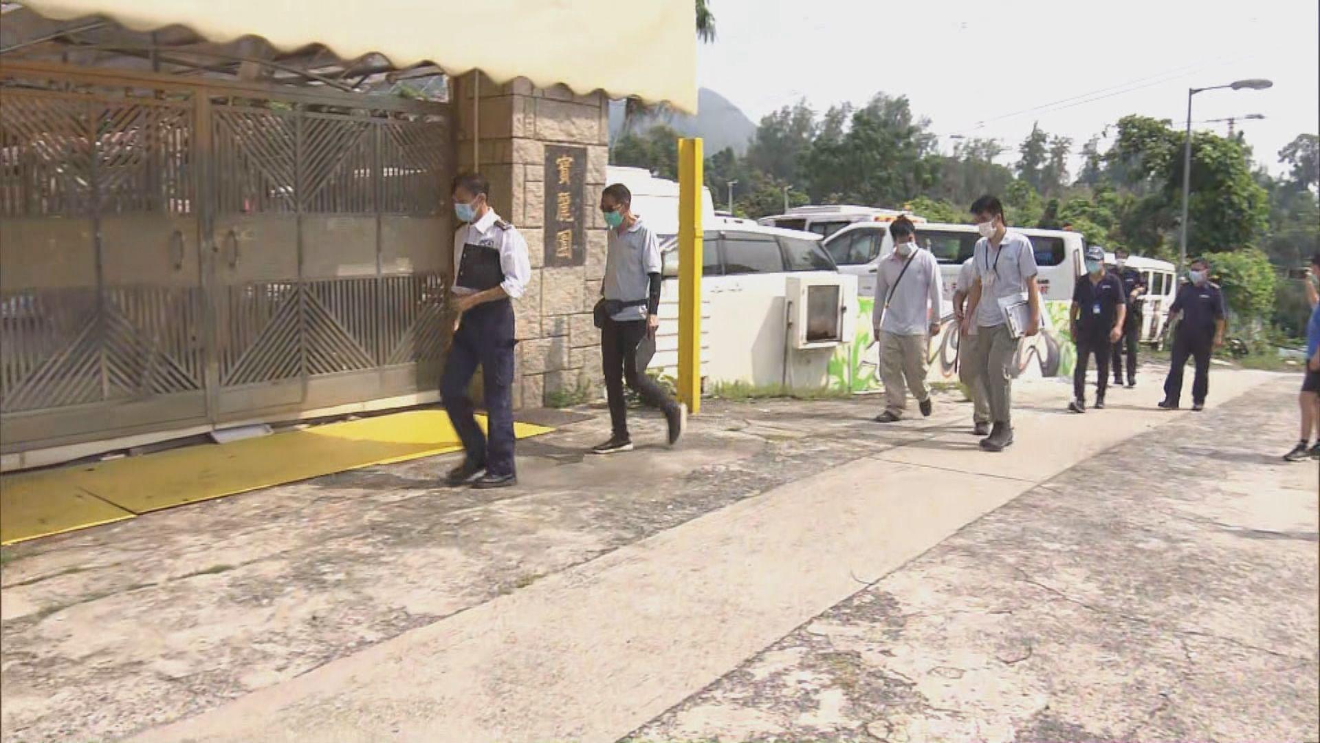 警方到屯門一寵物酒店拘捕女負責人及一名男子