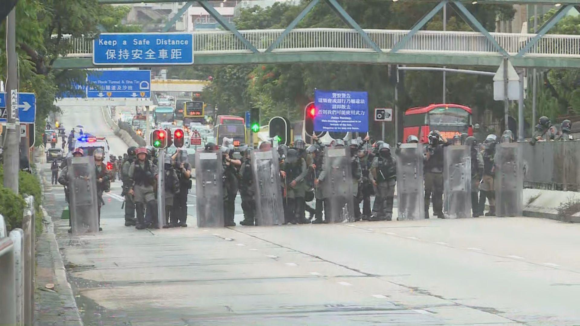 有市民遊行至九龍塘窩打老道 防暴舉藍旗