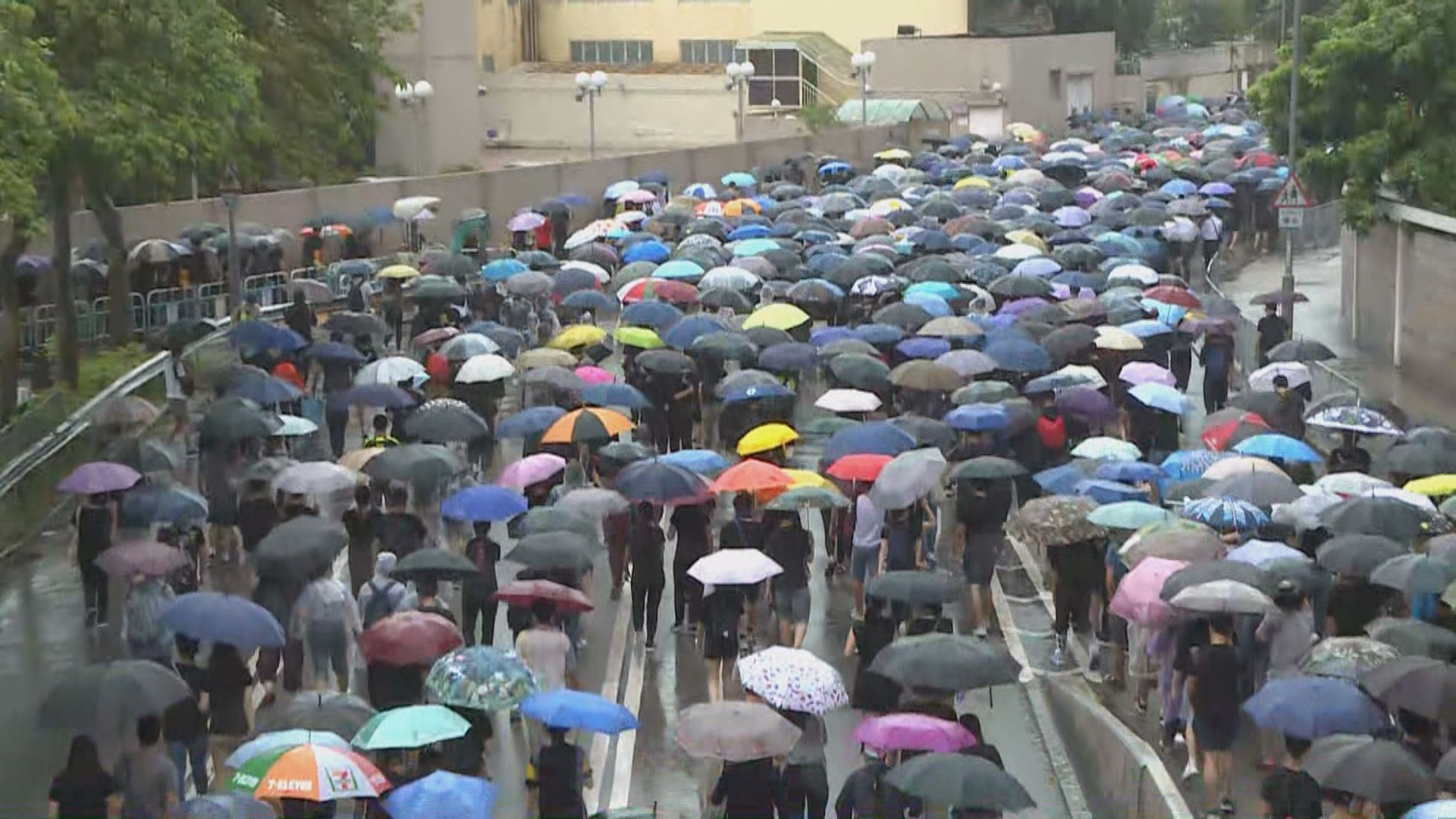 九龍遊行佔據彌敦道 旺角警署外放催淚彈